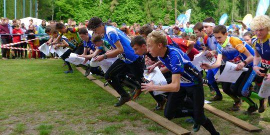 Start dorostenecké kategorie na závodě ČP štafet v Kroučové. (Foto: Anna Auermüllerová/O-news.cz)