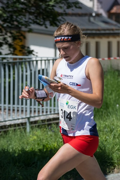 Klára Novotná na trati sprintu letošního juniorského MS (Foto: Jiří Čech / web reprezentace OB).