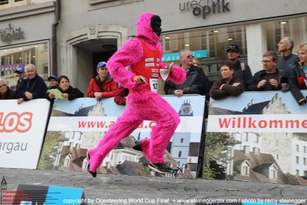 Skvělý outfit Babtista Rolliera v dnešním závodě SP! (Foto: Rémy )